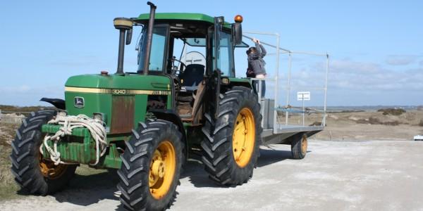 Départ pour le ramassage des déchets à la pointe d'Agon avec le tracteur (@SMEL)